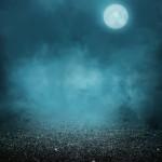 Een bleke maan staat aan de donkere lucht...... behekste geuren komen tevoorschijn!